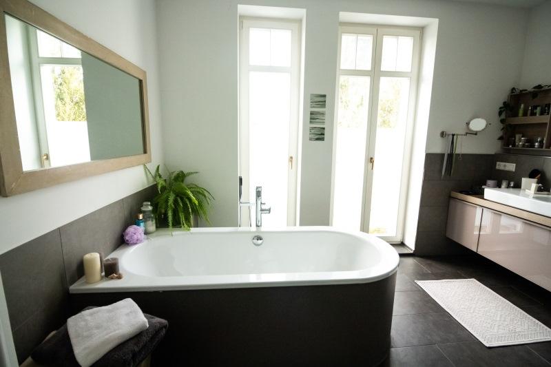 μπανιέρα μέσα σε μπάνιο