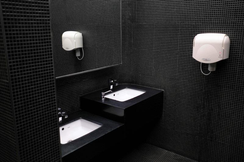 μπάνιο με μαύρο πλακάκι