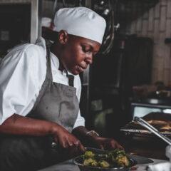 Γυναίκα σεφ στη κουζίνα