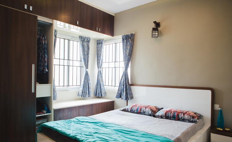 Συρόμενη καφέ ντουλάπα σε υπνοδωμάτιο