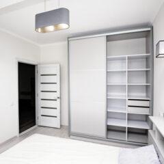 Λευκή μοντέρνα συρόμενη ντουλάπα