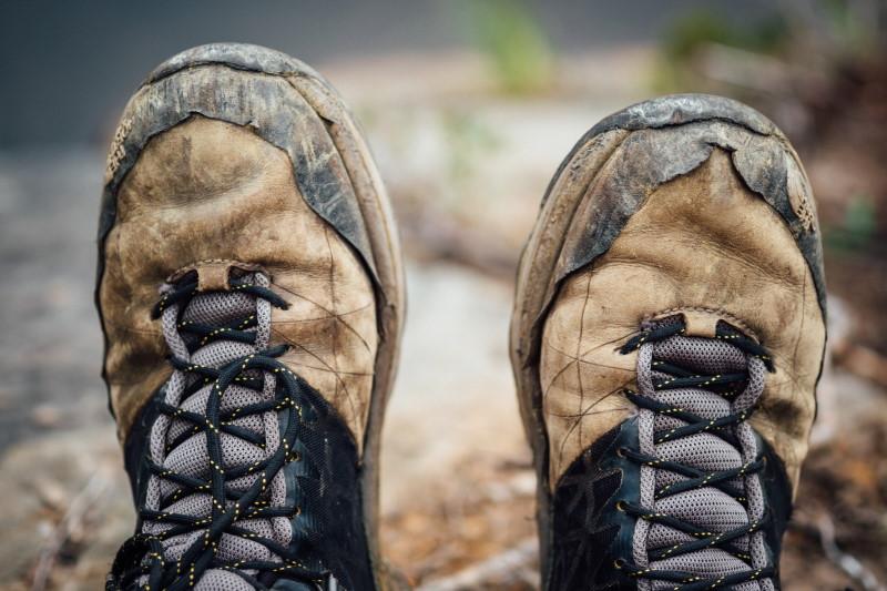 Φθαρμένα καφέ παπούτσια τύπου μποτάκι