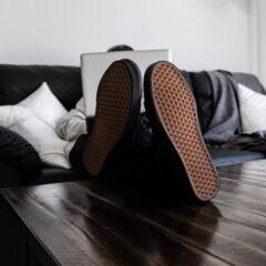 Άντρας με λάπτοπ και τα παπούτσια στο γραφείο